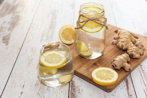 Agua con jengibre y limón.