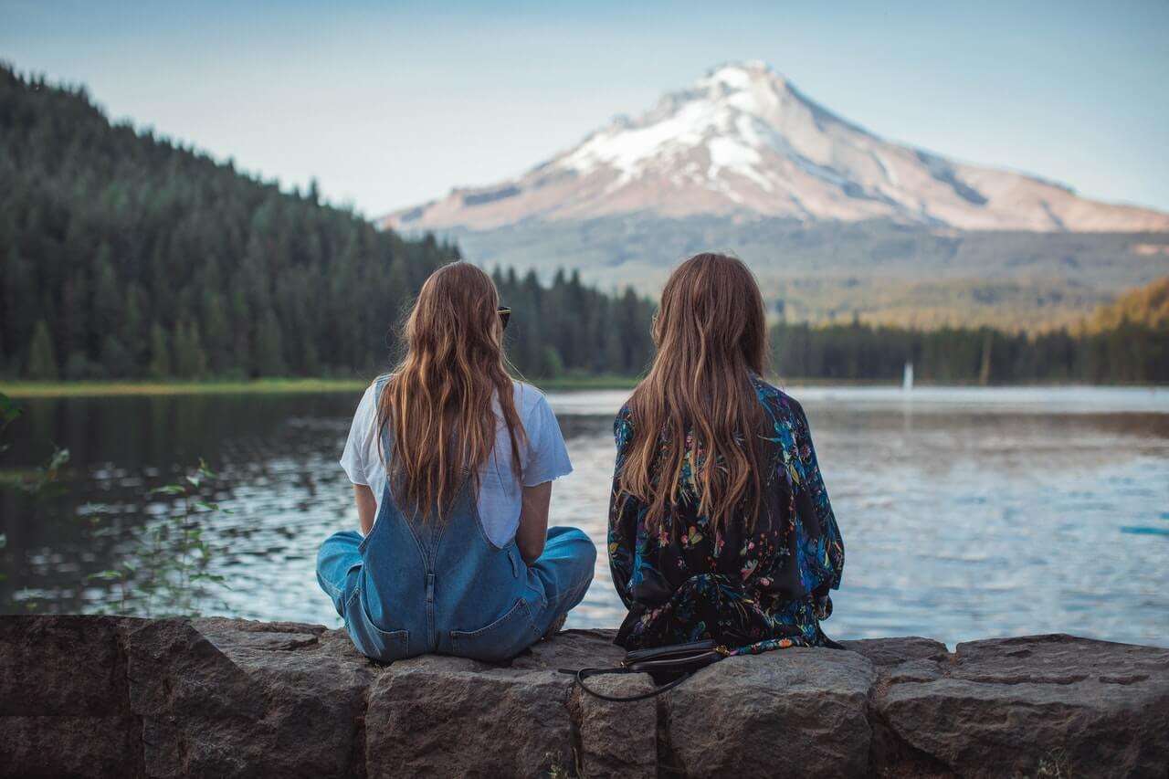 Amigas mirando las montañas