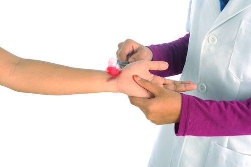 Sanitario curando una herida con antiséptico