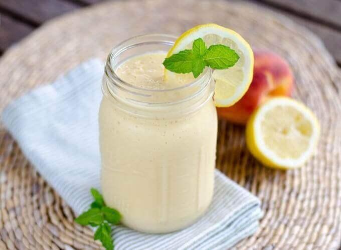 Batido rico en vitaminas de leche de coco, lima y melocotón
