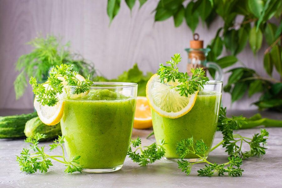 Batido de manzana verde, limón y perejil