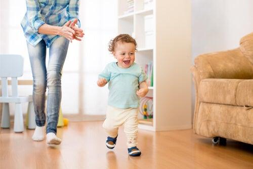 Un niño feliz corriendo por su casa.