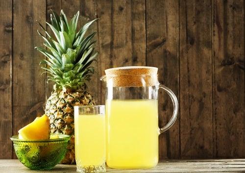 Bebida para bajar de peso y desintoxicar el organismo con piña