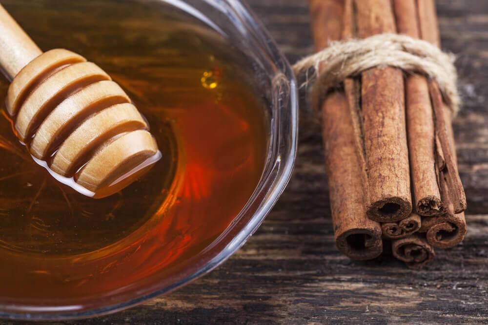 Canela en varitas y miel de abejas artesanal.