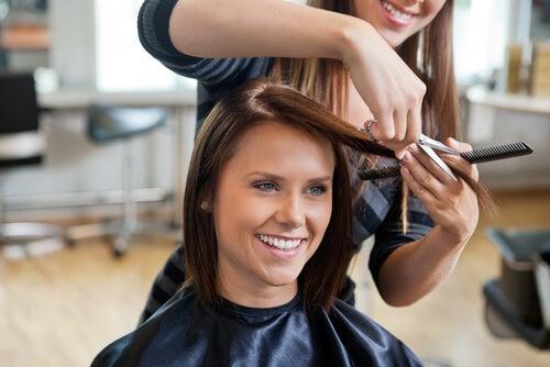 Cortar las puntas para un buen cuidado del cabello