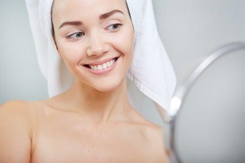 ejercicios faciales para evitar la flacidez mejillas