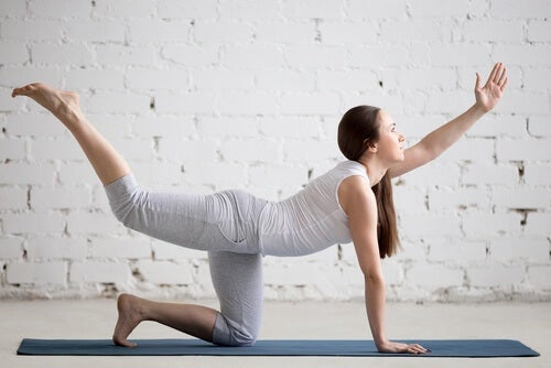 Alternar la subida de pierna y brazo contrario: un buen ejercicio para fortalecer la zona lumbar