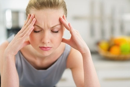 Mujer estresada con las manos en la cabeza: fracasa tu dieta para adelgazar