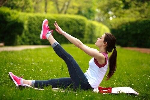 Las elevaciones de piernas fortalecen la zona lumbar