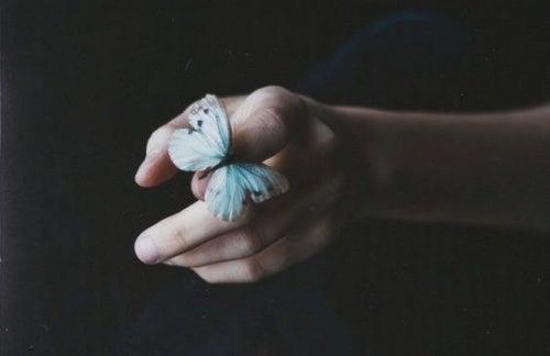 Mujer con una mariposa simbolizando el desapego