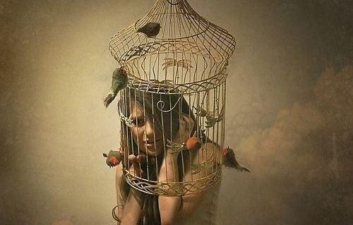 mujer-con-jaula-en-la-cabeza