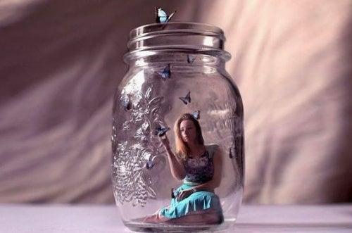 mujer en tarro de cristal