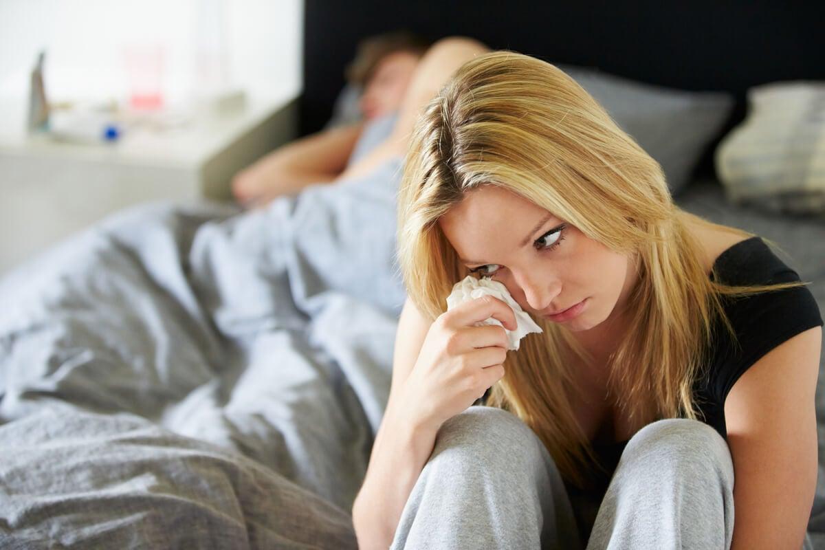 Mujer preocupada por si su pareja es narcisista
