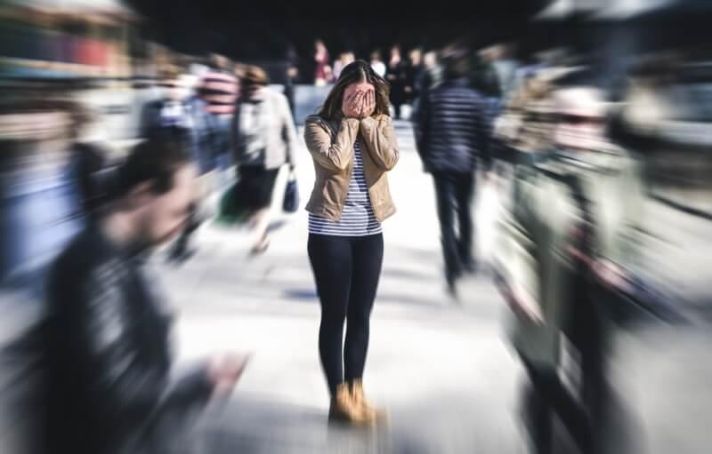 Mujer sola en la calle
