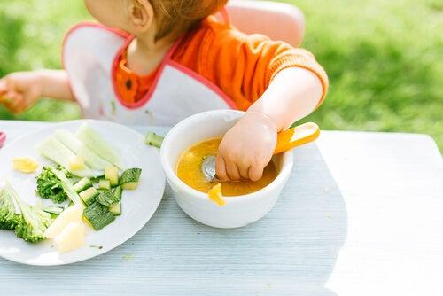 Niño comiendo.