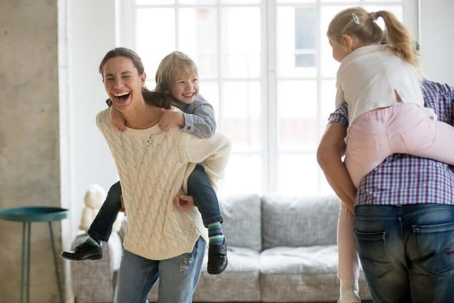 Niños y padres jugando
