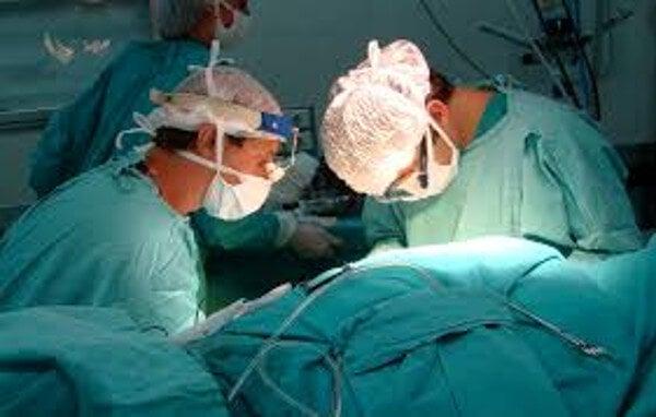 Un hospital de Córdoba hace el primer trasplante hepático de adulto vivo a bebé por laparoscopia