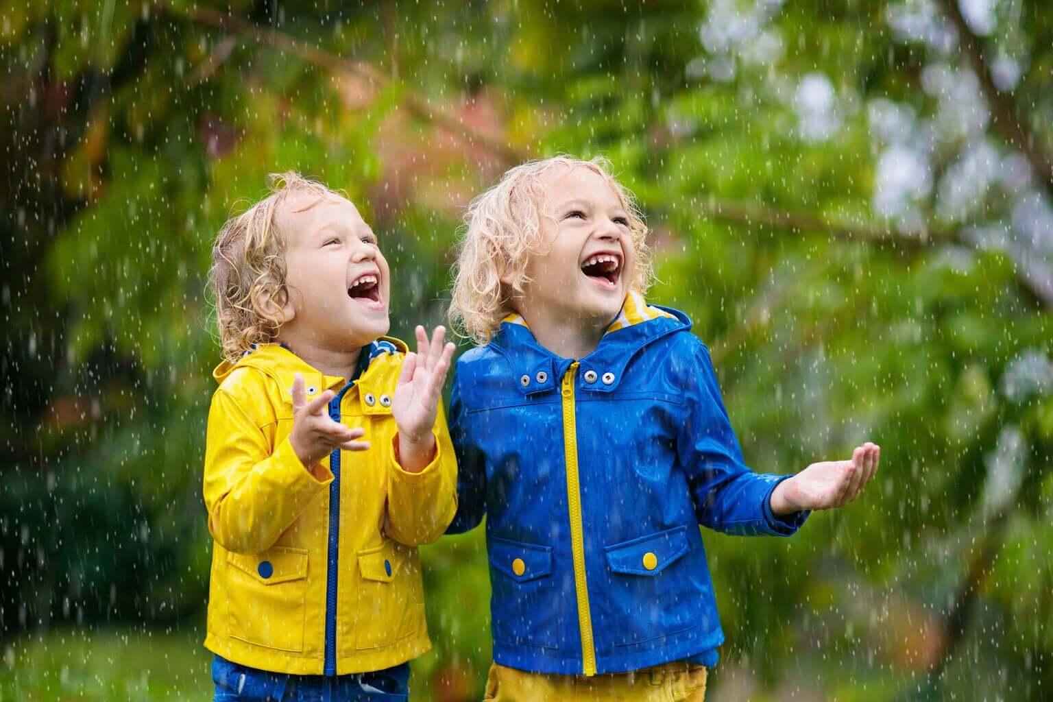 Primos bajo la lluvia.