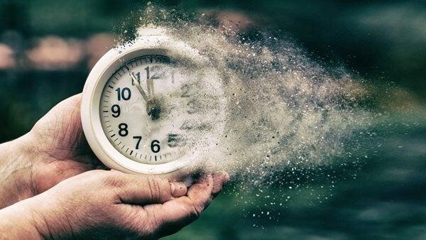 Reloj que se deshace en arena