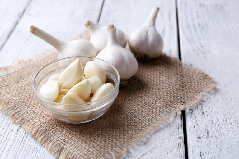 Beneficios de poner un diente de ajo bajo la almohada