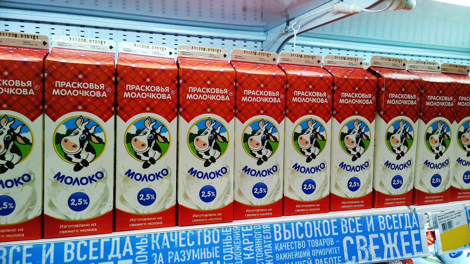 Tetrabriks de leche en  un supermercado deRusia.