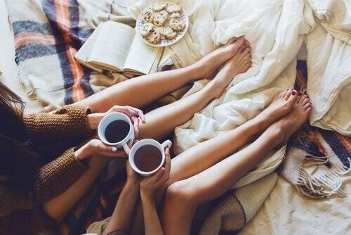 Amigas-tomando-café-sentadas
