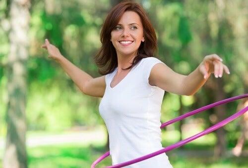 Mujer haciendo ejercicio con un aro