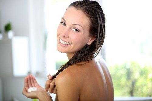 Antes de lavarte el pelo, empieza por el acondicionador o la mascarilla y así tendrás un cabello más suave.