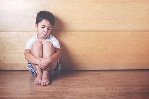 Encerrar a tu hijo en casa no lo protege