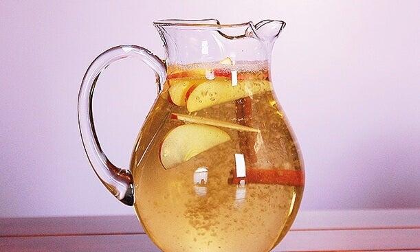 Agua de canela, manzana y limón para perder peso. ¡Muy saludable!