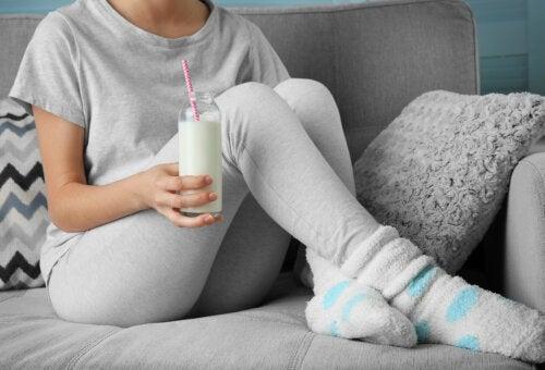 ¿Por qué añadir un ajo en la leche antes de dormir?