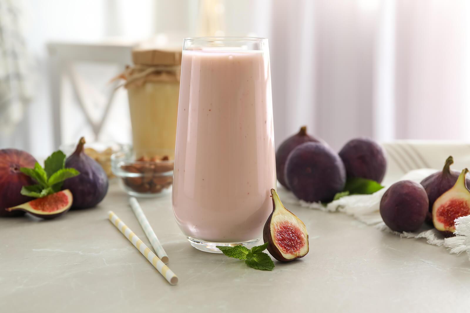Delicioso batido de higos con fresas y leche de almendras.