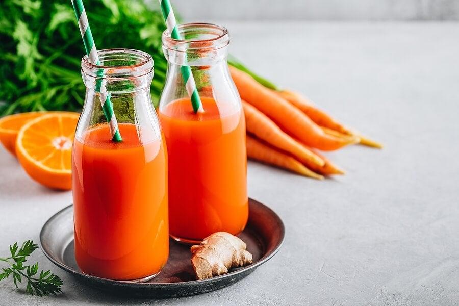 Botellas con jugo de zanahoria y jengibre