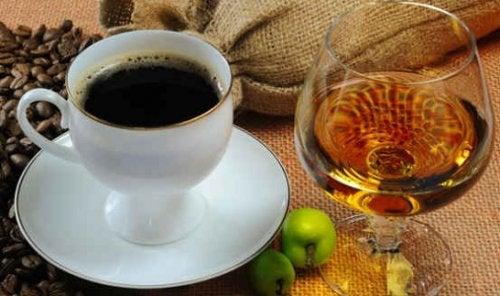 Peores ingredientes que puedes añadir a tu café: alcohol