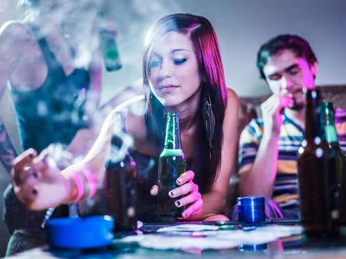 chica bebiendo y fumando (2)