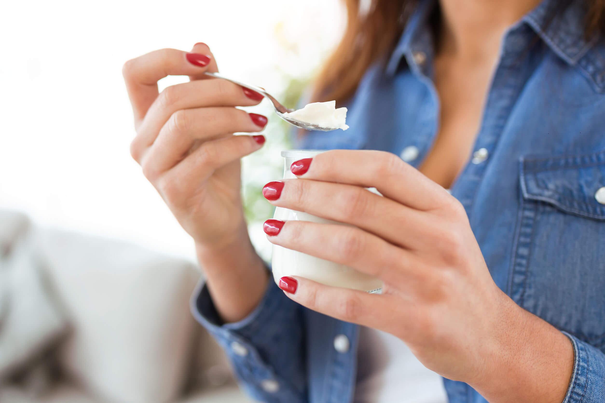 Consumir yogur puede regular algunas funciones en la vagina.