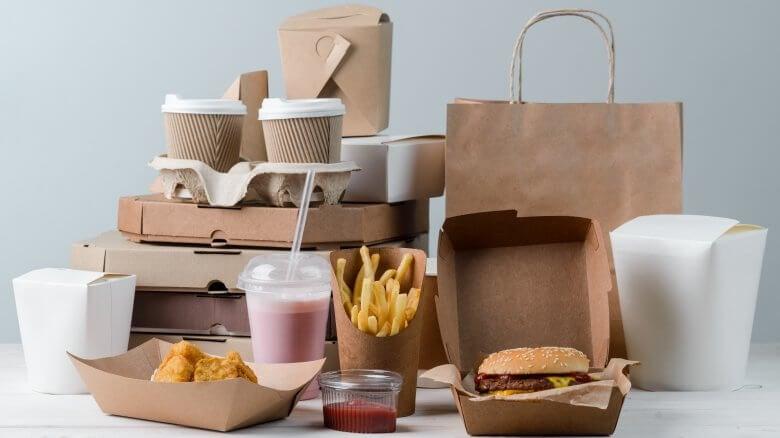 Comida basura en bolsas.