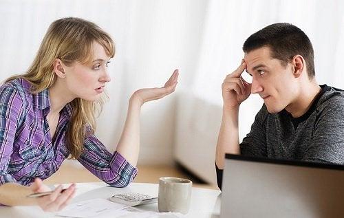 Pareja hablando: estás saliendo con un narcisista