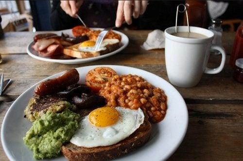 desayunar tarde