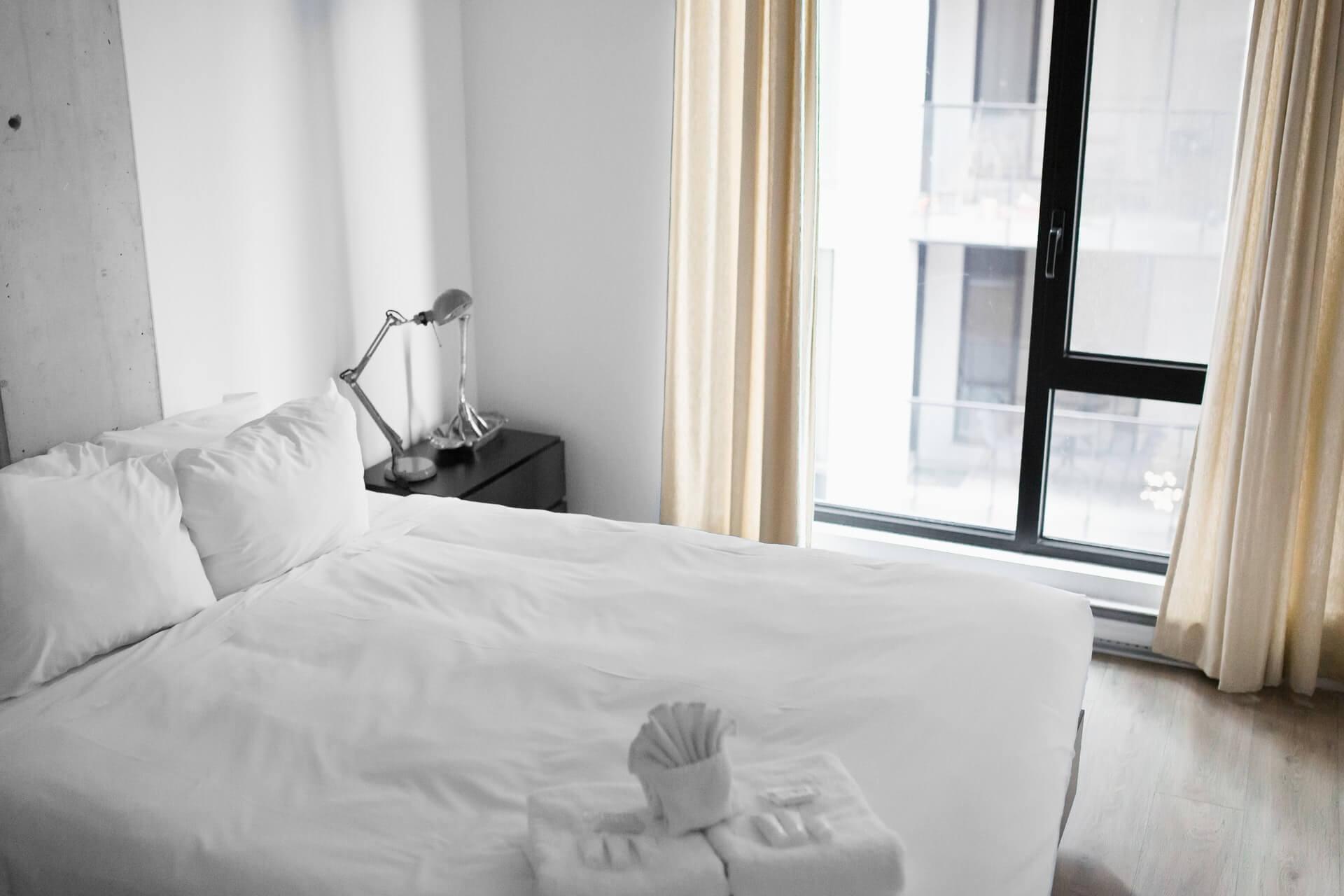 Dormitorio blanco minimalista.