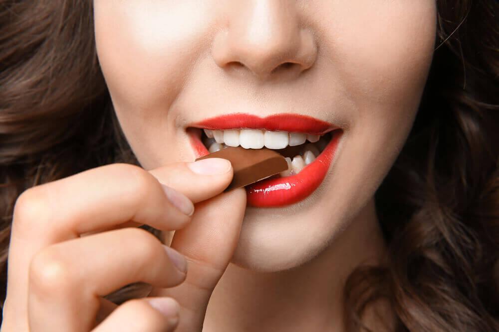 Comer chocolate.
