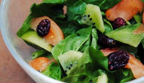 ensalada-de-espinacas-kiwi-arandanos-1