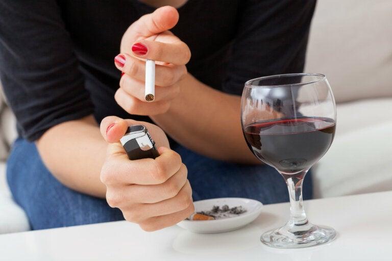 """Beber y fumar: el por qué de esa """"relación"""""""