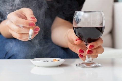 Mujer con cigarro y copa de vino