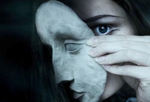 mujer-con-mascara-oscura