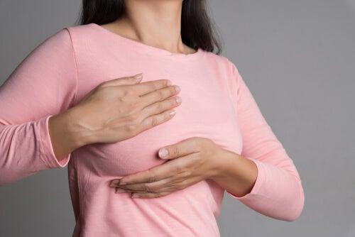 Mujer con dolor en la mama