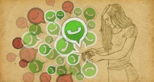 mujer leyendo whatssaps simbolizando las redes sociales