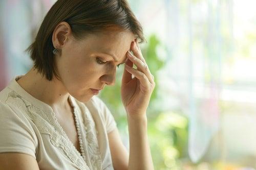 Mujer con pensamientos circulares