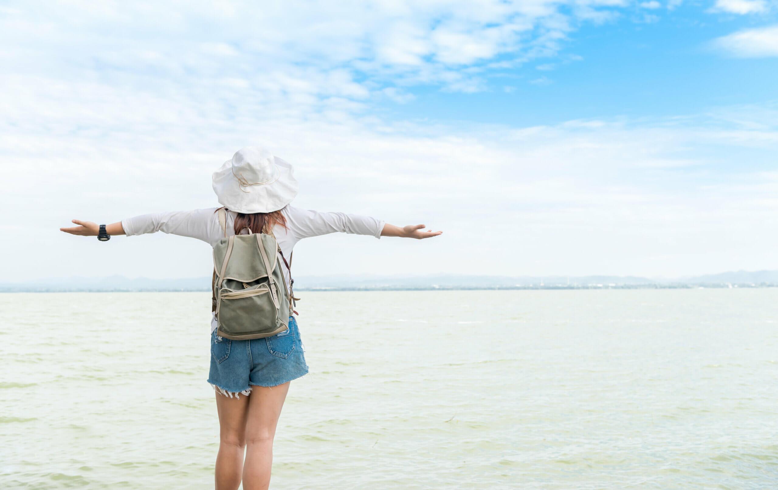 Sombrero blanco al mar.