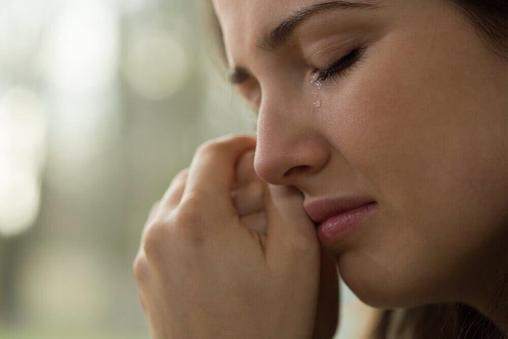 Mujer triste porque tiene síndrome del nido vacío.